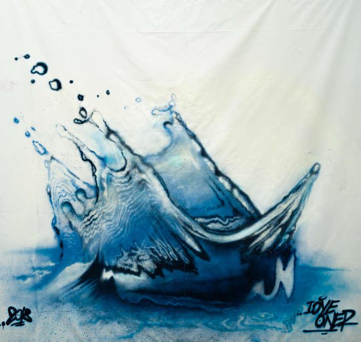 Né en 1974, Loye Oner — de son vrai nom Iorgos Pavlopoulos — découvre l'art dugraffiti à la fin des années 1980. C'est en 2009 que son œuvre connaît un tournant : il choisit alors la toile comme support. Ici, sur le thème de l'eau, il représente unbateau aux teintes sourdes qui semble sombrer dans la Seine.