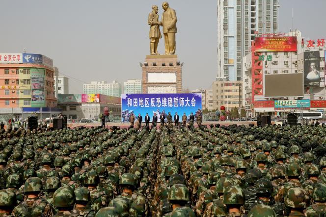 Prestation de serment par les policiers de la section antiterroriste à Hetian, dans la région autonome ouïghour du Xinjiang en février 2017.