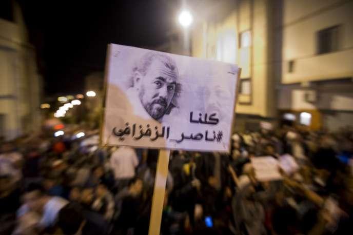 Un portrait de Nasser Zefzafi, leader du mouvement« Hirak», est brandi lors d'une manifestation à Al-Hoceïma, au Maroc, le 30mai 2017.