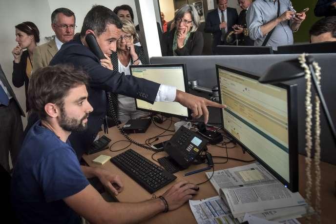 Le ministre de l'action et des comptes publics, Gérald Darmanin, visite un centre d'appel des impôts dans les Pyrénées-Atlantiques, le 30 août.