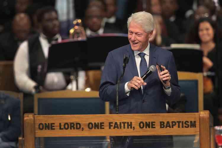 L'ancien président Bill Clinton, proche d'Aretha Franklin, a prononcé un éloge funèbre, faisant les louanges de l'immense artiste, de sa vie, de ses talents puis a conclu en jouant un extrait du morceau «Think» sur son téléphone portable.
