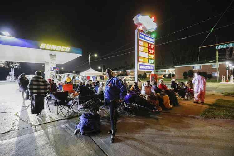 Dès jeudi, des milliers de fans d'Aretha Franklin se sont rassemblés près du Greater Grace Center. Certains ont attendu toute la nuit dans une station-service située à quelques mètres du temple.