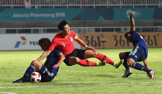 Son Heung-min (centre) lors de la rencontre Corée du Sud-Japon, le 1er septembre en Indonésie.