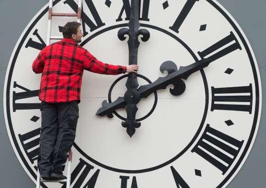 Réglage de l'horloge du clocher de Saint-Luc de Dresde (Allemagne), en mars.