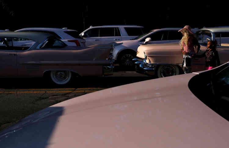 De nombreuses Cadillac roses, clin d'œil au tube «Freeway of Love»,étaient garées devant l'église.