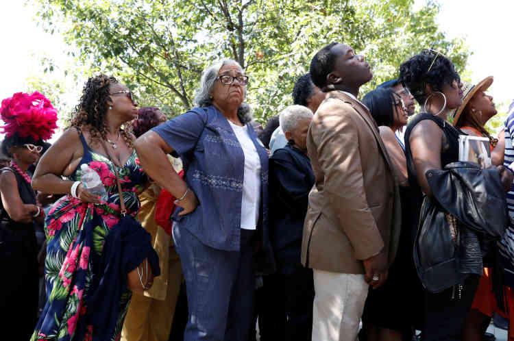 Réservées initialement à la famille et aux proches, les funérailles ont finalement étaient ouvertes à un millier de fans, qui ont formé une longue file d'attente.
