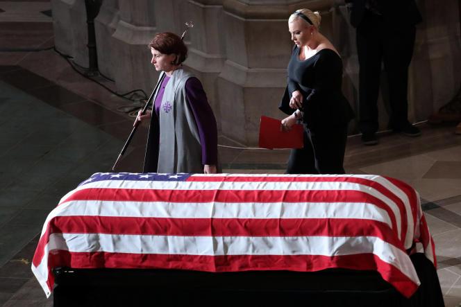 Meghan McCain devant le cercueil de son père John McCain, à la cathédrale nationale de Washington, le 1er septembre.