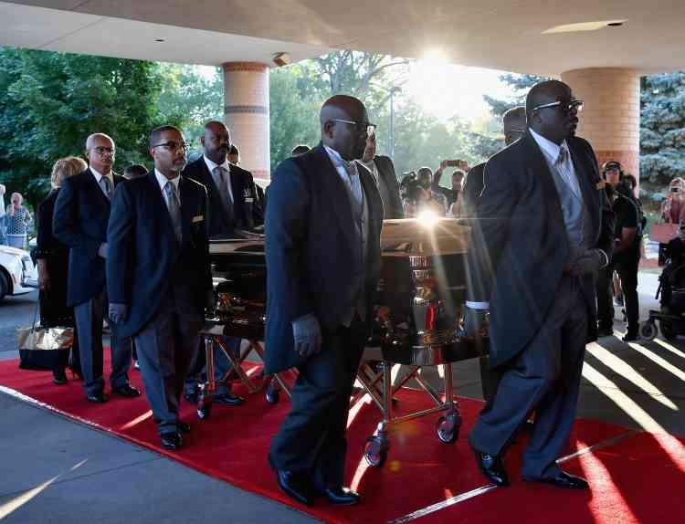 Le cercueil de la reine de la soul à son entrée pour la cérémonie au Greater Grace Temple de Detroit, ville de cœur d'Aretha Franklin.