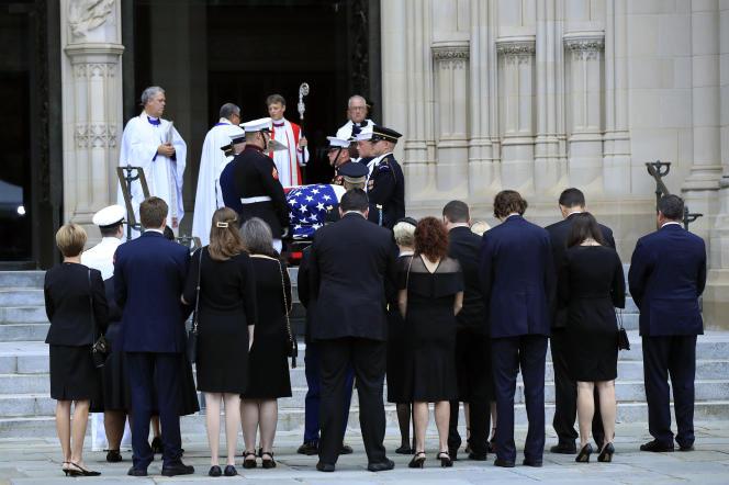 La famille du sénateur John McCain près de son cercueil, sur les marches de la cathédrale nationale de Washington, le 1er septembre.