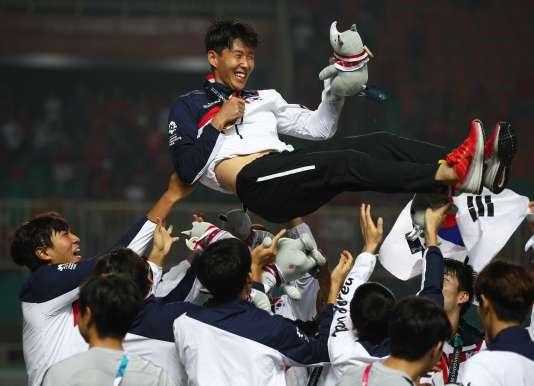 Vainqueurs le 1er septembre face aux Japonais, lesCoréens du Sud et leur capitaine Son Heung Min célèbrent leur victoire en Indonésie.