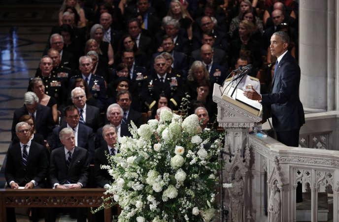 L'ancien président américain Barack Obama rend hommage à son adversaire de 2008, le sénateur John McCain, lors de la cérémonie d'hommage à la cathédrale nationale de Washington, le 1er septembre.