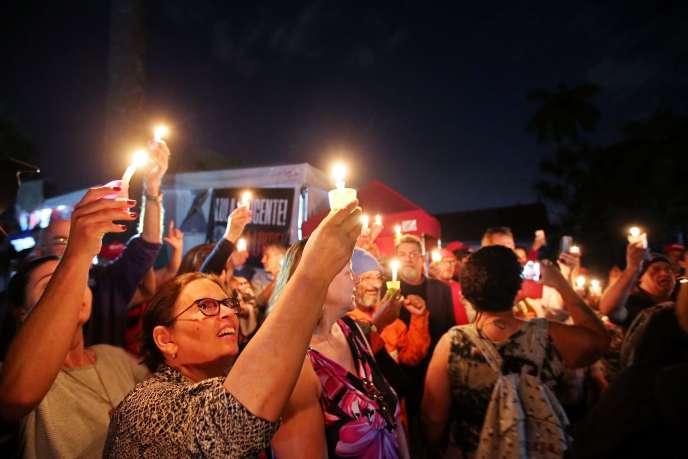 Les partisans de Lula lors d'une veilleà Curitiba (Brésil), ville où est emprisonné le candidat, le 31 août.