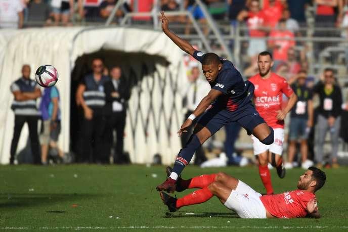 L'attaquant du Paris Saint-Germain Kylian Mbappé et le milieu de terrain de Nîmes, Teji Savanier, le 1er septembre.