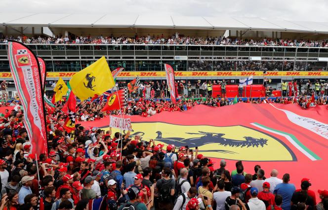 Ambiance à Monza, fief de Ferrari, où le public (rouge) envahit la piste après l'arrivée du Grand Prix, le 2 septembre.