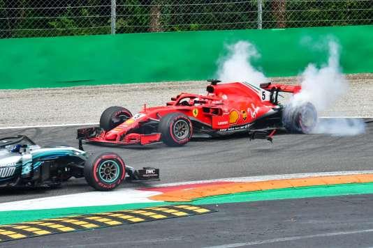 La Ferrari de Sebastian Vettel part en tête-à-queue, poussée à la faute par Lewis Hamilton (Mercedes).