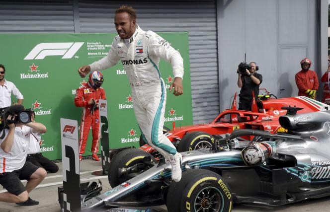 Lewis Hamilton bondit de sa Mercedes après sa victoire à Monza le 2 septembre.