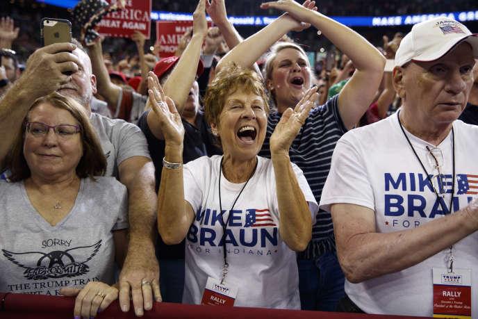 Des partisans de Donald Trump, portant des tee-shirts promouvant Mike Braun au Congrès, applaudissent à l'entrée du président américain dans un meeting de campagne à Evansville (Indiana), le 30 août.