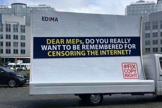 Campagne antidirective copyright, devant le Parlement de Bruxelles : « Parlementaires : voulez-vous qu'on se souvienne de vous comme ayant censuré Internet?»