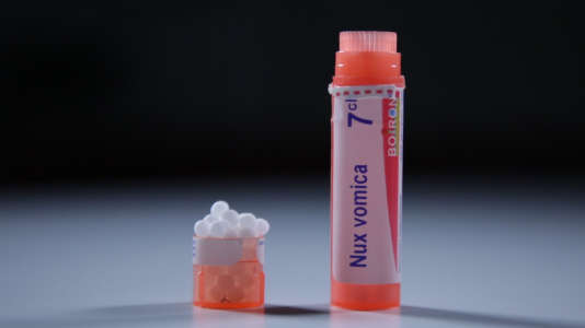 Inventée il y a plus de deux cents ans, l'homéopathie est la médecine alternative la plus populaire en France. La plupart de ses remèdes se présente sous formes de petits granules dans des tubes colorés.