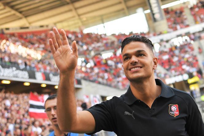 Ben Arfa salue les spectateurs de son nouveau club, le Stade rennais, au stade Roazhon, à Rennes (Ille-et-Vilaine), le 2 septembre.