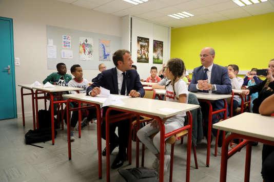 Emmanuel Macron, président de la République et Jean-Michel Blanquer, ministre de l'education nationale dans une classe d'une école de Laval (Mayenne) le 3 septembre 2018.