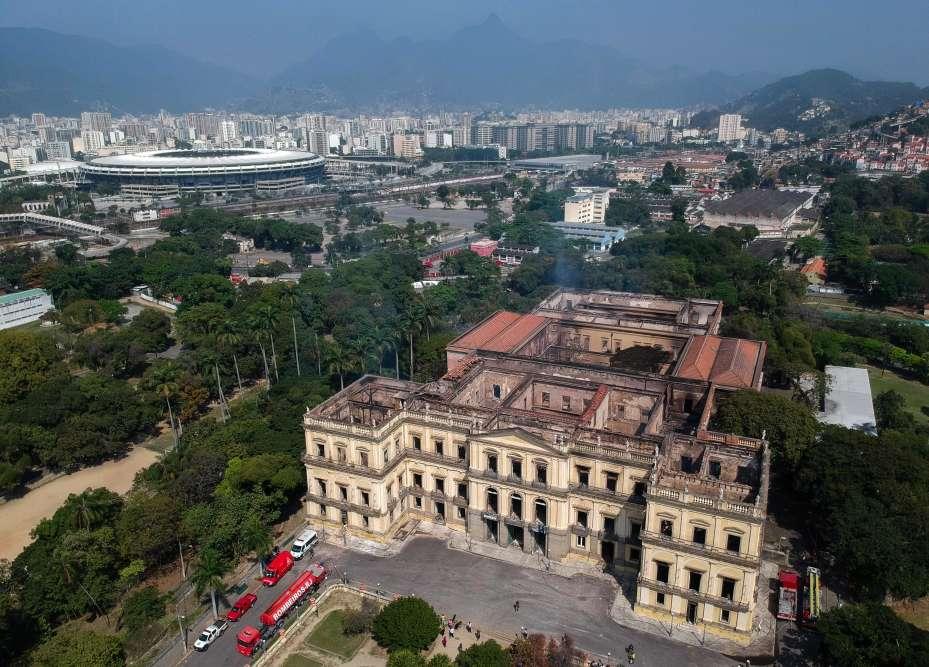 Le musée, l'un des plus anciens du Brésil, (avec le stade Maracana en arrière-plan), au lendemain du sinistre.