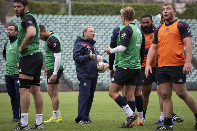 Le sélectionneur, Jacques Brunel, au milieu des joueurs du XV de France, le 2 juin 2018 à Auckland
