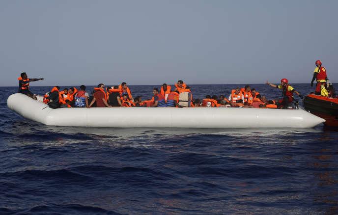 Un navire de l'ONG Open Arms porte secours à des migrants, au large de la Libye, le 30 juin.