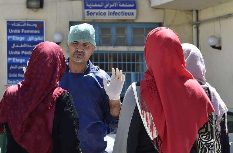 «Sur les réseaux sociaux, les photos d'immondices non ramassées dans les cours d'immeubles ou les rues ont fleuri» (A l'hôpital de Boufarik, en Algérie, le 28août).