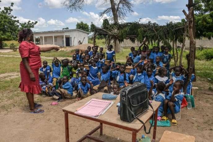 Une institutrice fait cours sous un abri improvisé dan la région du Nord, au Cameroun, en septembre 2016.