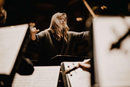 Barbara Hannigan chantant et dirigeant l'orchestre LUDWIG au Concertgebouw d'Amsterdam, en décembre 2017.