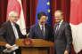 """« A l'heure ou le libre-échange entre l'UE et le Japon prend un nouvel essor, la France doit soutenir le projet du Japon, de l'Inde et de l'Australie, qui ont mis en place une feuille de route appelée """"le couloir indo-pacifique"""" » (Le premier ministre Shinzo Abe entouré par Jean-Claude Juncker, à gauche, et Donald Tusk, le 17 juillet à Tokyo)."""