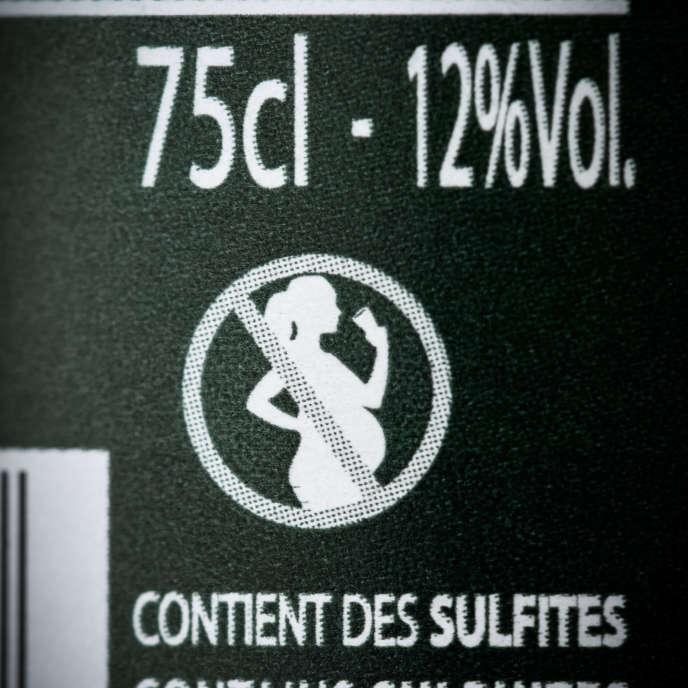Avertissement des dangers de l'alcool pour les femmes enceintes sur une bouteille de vin, en 2018.