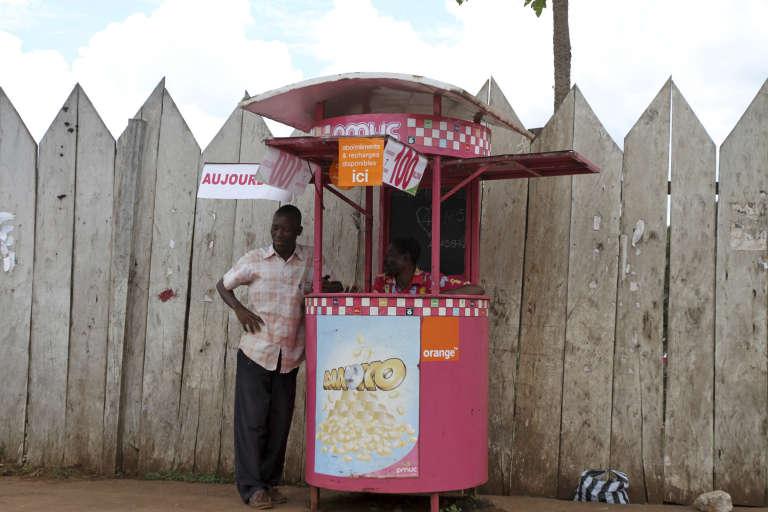 Un kiosque d'abonnement et de recharge Orange à Yaoundé, en octobre 2011.