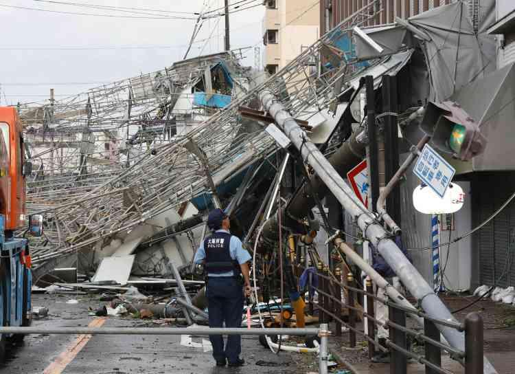 Des panneaux de circulation et des relais de télécommunications ont été abattus par des vents violents à Osaka.