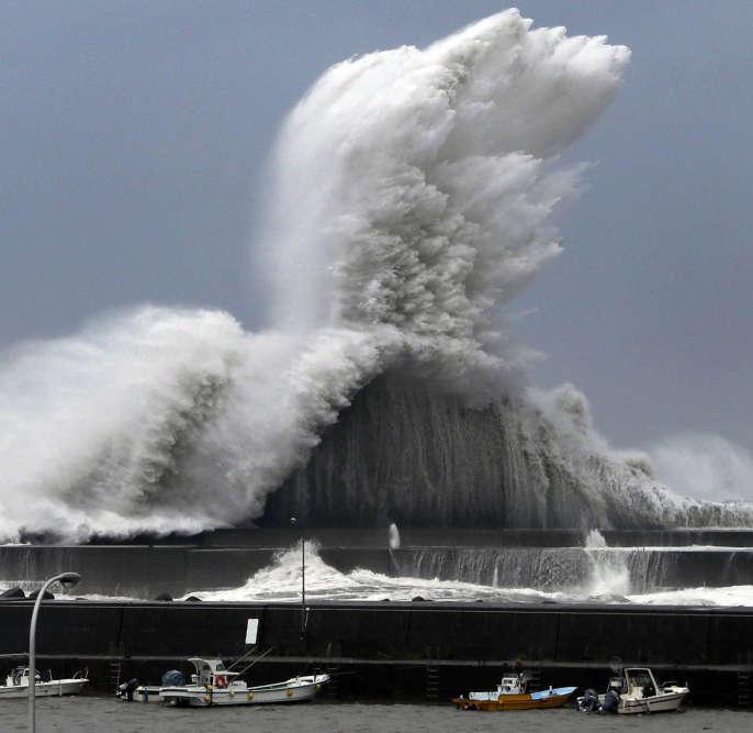 Au port d'Aki, dans la préfecture de Kochi. De nombreux typhons balayent régulièrement l'archipel en été mais seuls deux d'entre eux, aussi puissants que Jebi (en 1991 et en 1993), ont déjà touché le Japon.