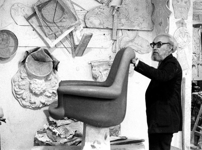 Angelo Mangiarotti devant un prototype, dans son studio milanais à la fin des années 1950.