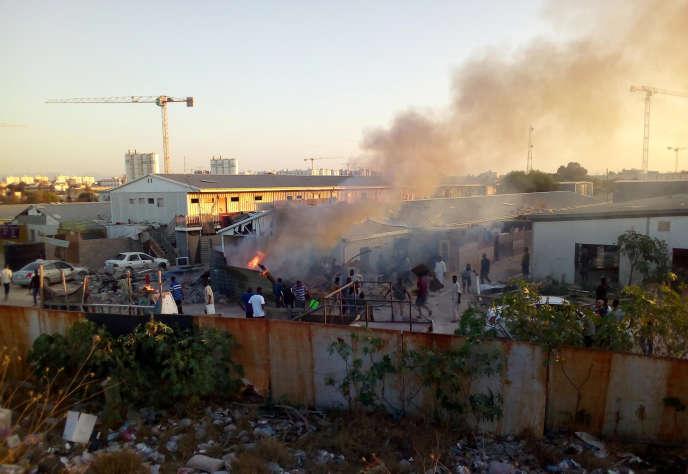 Une roquette frappe un camp de personnes déplacées lors de combats entre des groupes armés rivaux à Tripoli, le 2 septembre 2018.