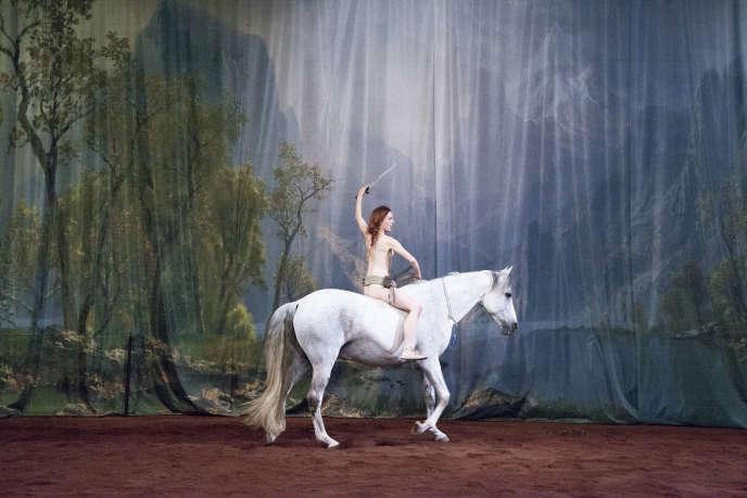 «Hate», une pièce de Laetitia Dosch, co-mise en scène avec Yuval Rozman. Avec Laetitia Dosch et Corazon, au Théâtre de Vidy, à Lausanne.