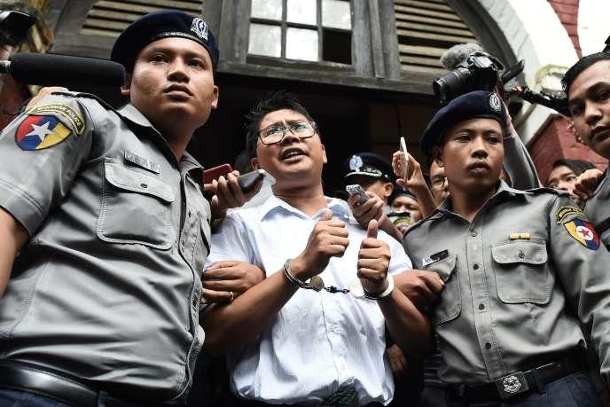 Le journaliste de l'agence Reuters Wa Lone, après sa condamnation à sept ans de prison, au tribunal de Yangon (Birmanie), le 3 septembre.
