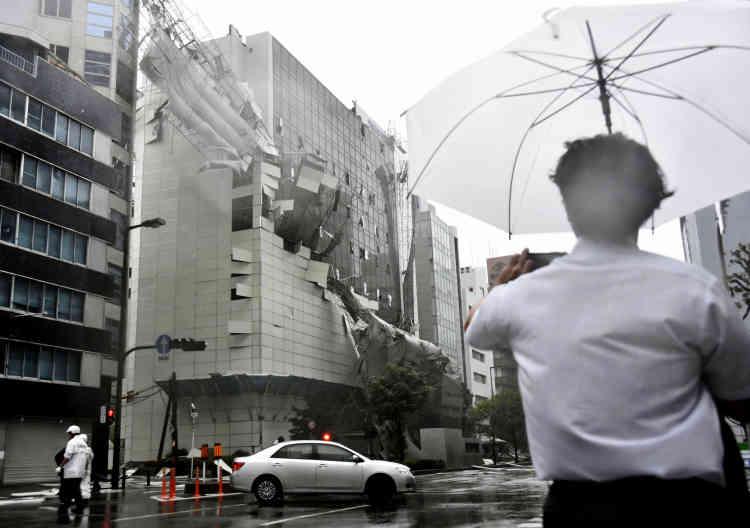 L'échafaudage d'un bâtiment en cours de démolition s'effondre, à Osaka, dans l'ouest du pays, mardi 4 septembre.