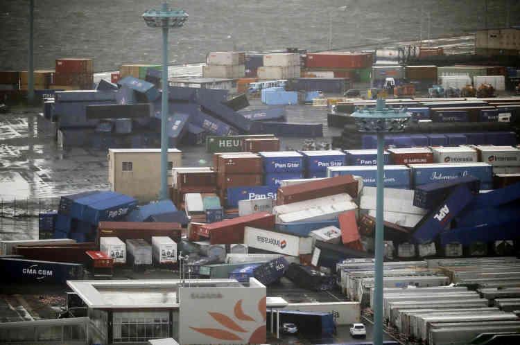 Des conteneurs se sont écroulés dans la zone portuaire d'Osaka, l'une des plus importantes du pays.