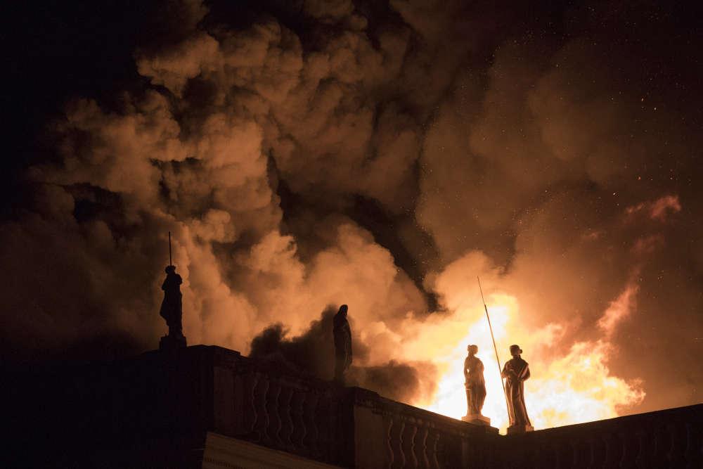Les flammes engloutissent le musée national du Brésil, édifice vieux de 200 ans, à Rio de Janeiro, le 2 septembre.