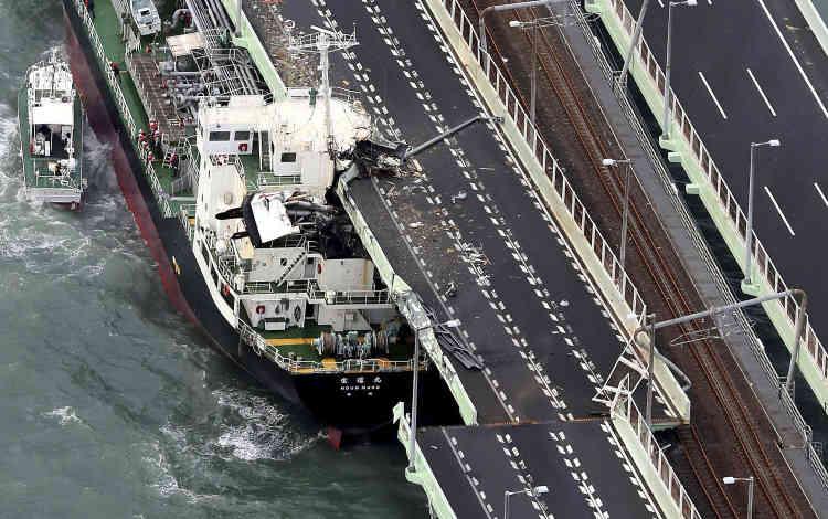 Un pétrolier de 2 591 tonnes s'est encastré sous un pont reliant l'aéroport de Kansai (construit sur une ile artificielle) au continent, à Izumisano, dans l'ouest du Japon.