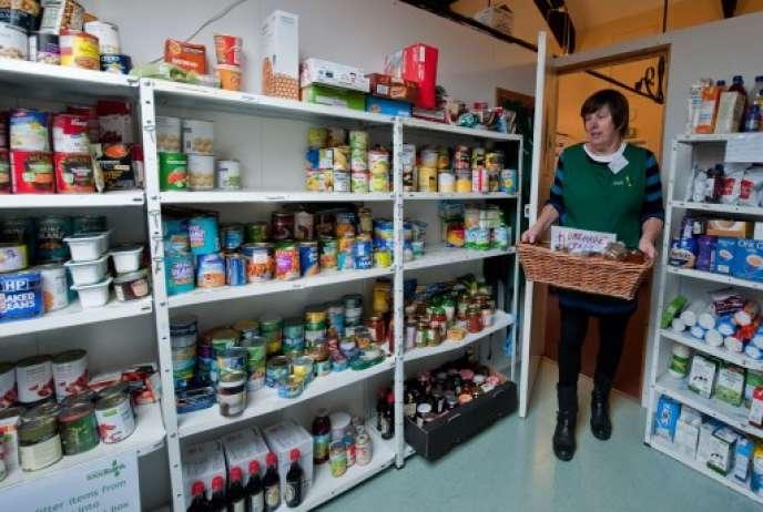 Une volontaire dans l'une des banques alimentaires du Trussell Trust.