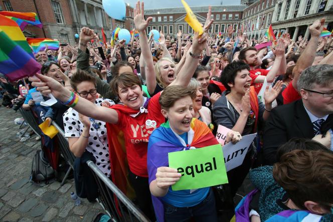 La foule célèbre la victoire du « oui » au référendum irlandais sur le mariage gay, à Dublin, le 23 mai 2015.