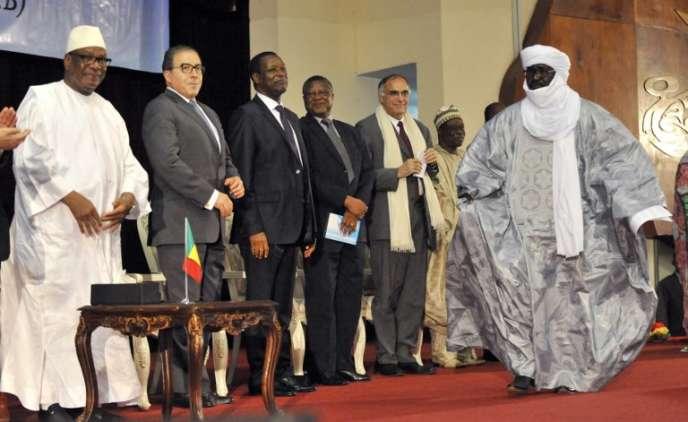 Le président malien, Ibrahim Boubacar Keïta (gauche), et le vice-président du Mouvement national de libération de l'Azawad (droite), lors de la signature de l'accord d'Alger, à Bamako, le 20juin 2015.