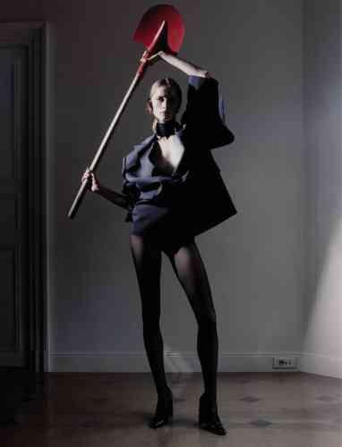 Veste oversized imprimée fines rayures, Collier en cuir ceinturé, Junya Watanabe. Collants voile transparent, Wolford. Escarpins en veau verni, Balenciaga.