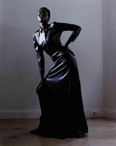 Chemise et jupe longue en cuir, Max Mara. Bottines zippées en cuir, Givenchy.
