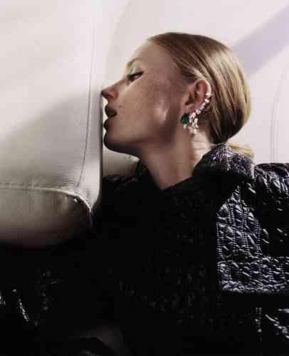 Manteau effet matelassé, Givenchy. Boucle d'oreille Luminant, or blanc serti d'une émeraude taille poire 9 ct et de 15 diamants taille poire (pour un total de 9 ct), Repossi.